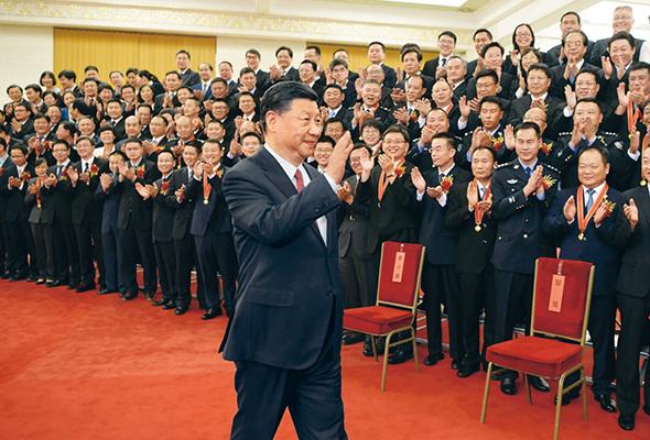 """2019年6月25日,党和国家领导人习近平、李克强、王沪宁等在北京人民大会堂会见第九届全国""""人民满意的公务员""""和""""人民满意的公务员集体""""受表彰代表。"""