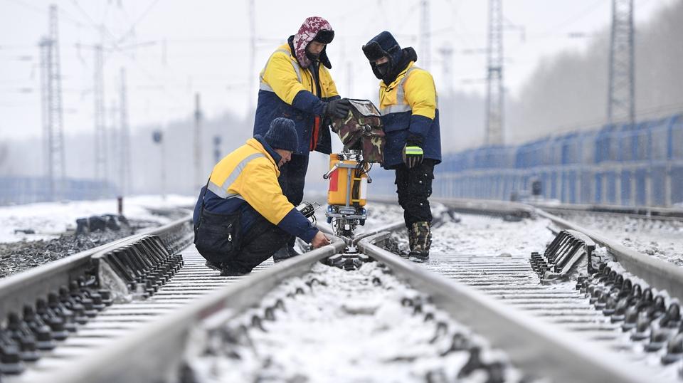 """严寒下的""""铁路医生"""":风雪中守护回家路"""
