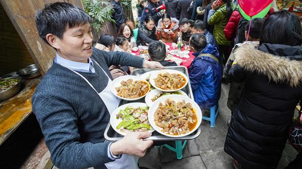 """重庆:吃""""千米长宴"""" 品古镇年味"""