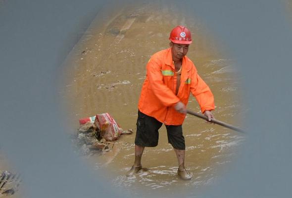 湖南吉首:災後清淤