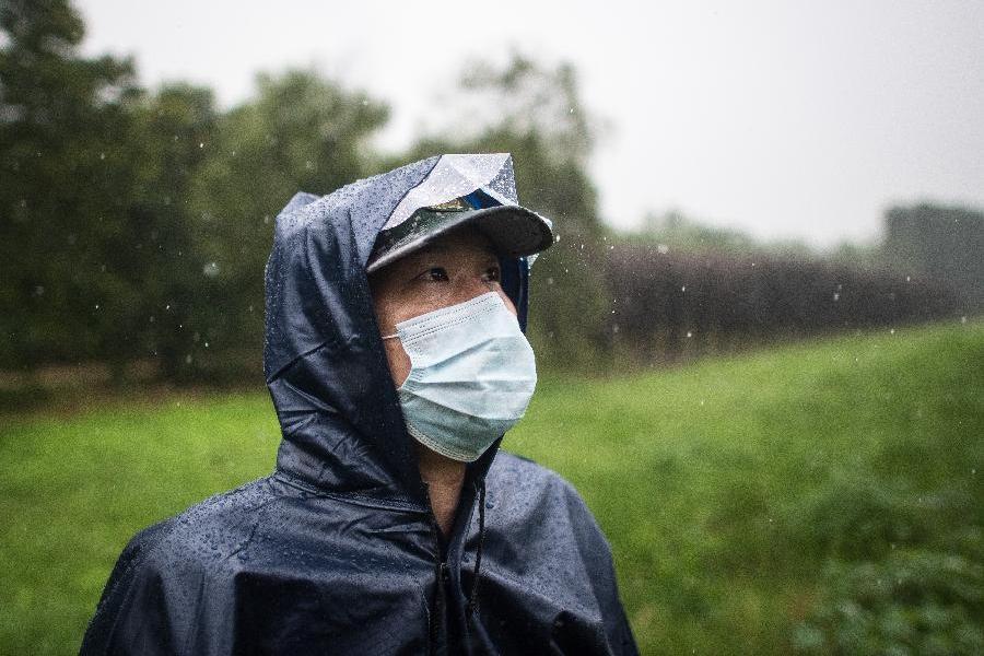 雨中巡堤人
