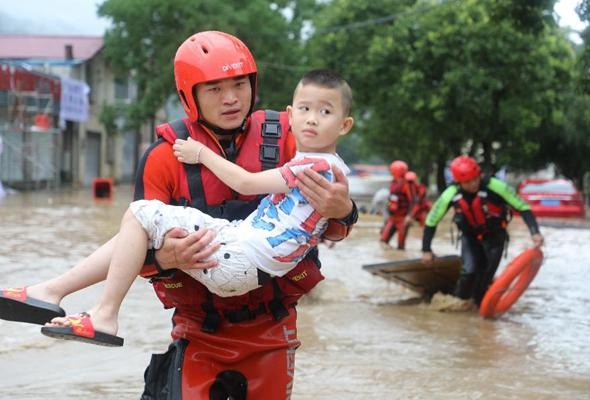 福建武夷山:消防人員轉移群眾