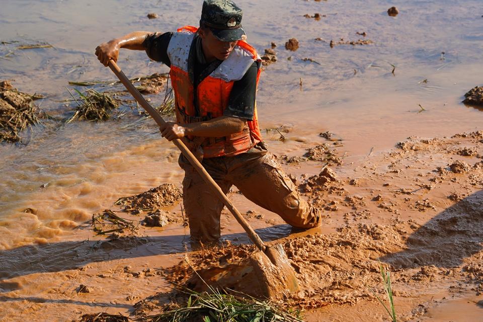 泥水中的抗洪戰士