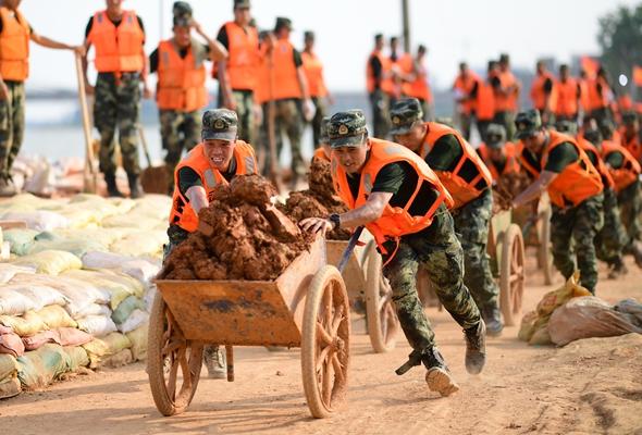 解放軍和武警抗洪搶險部隊各級黨組織充分發揮戰鬥堡壘作用