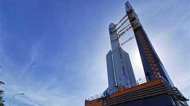 長徵五號遙四運載火箭垂直轉運至發射區