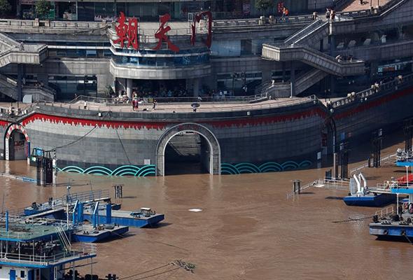 直擊長江第3號洪水過境重慶主城 朝天門碼頭門洞部分被淹