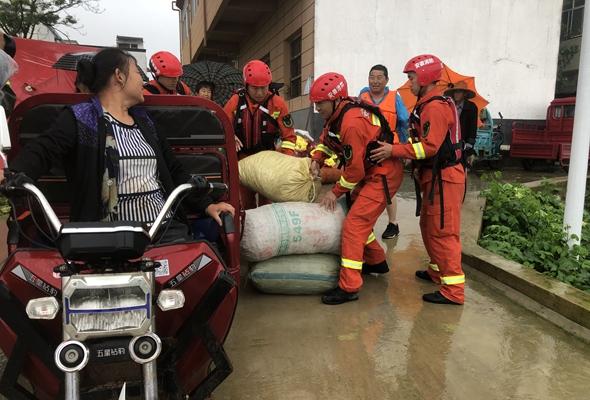 風雨擺渡人——消防救援隊伍抗洪救災特寫
