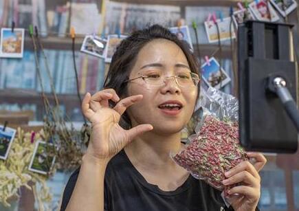 """""""90後""""湘妹子:我在新疆帶貨助農"""