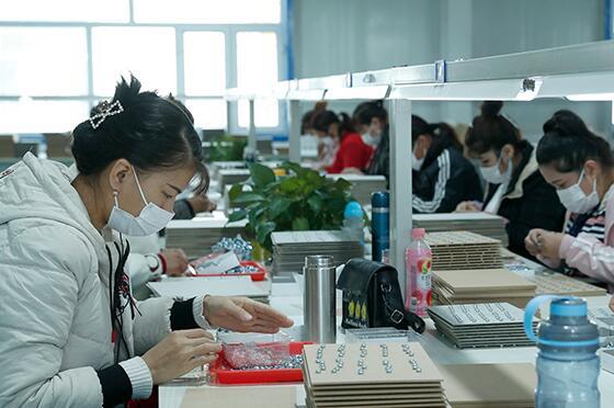 新疆阿图什:产业来帮扶 挣钱顾家两不误