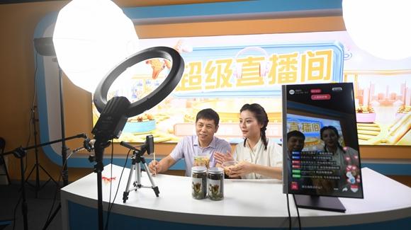 浙江衢州:农民变主播 手机变农具