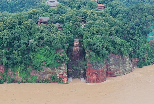 航拍洪水中的樂山大佛:大水已漫過佛腳