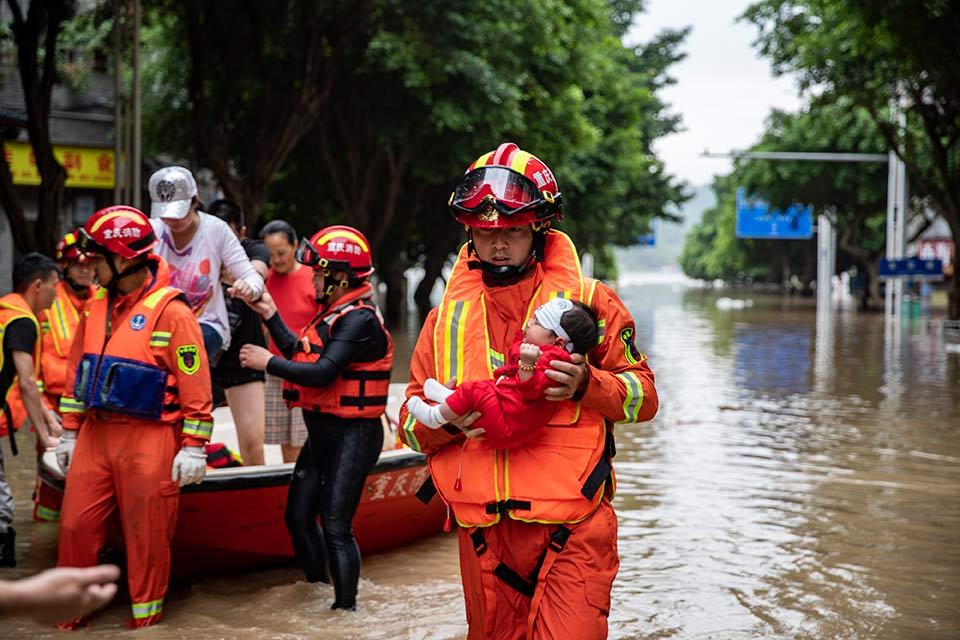救援,在被洪水漫過的街巷之間