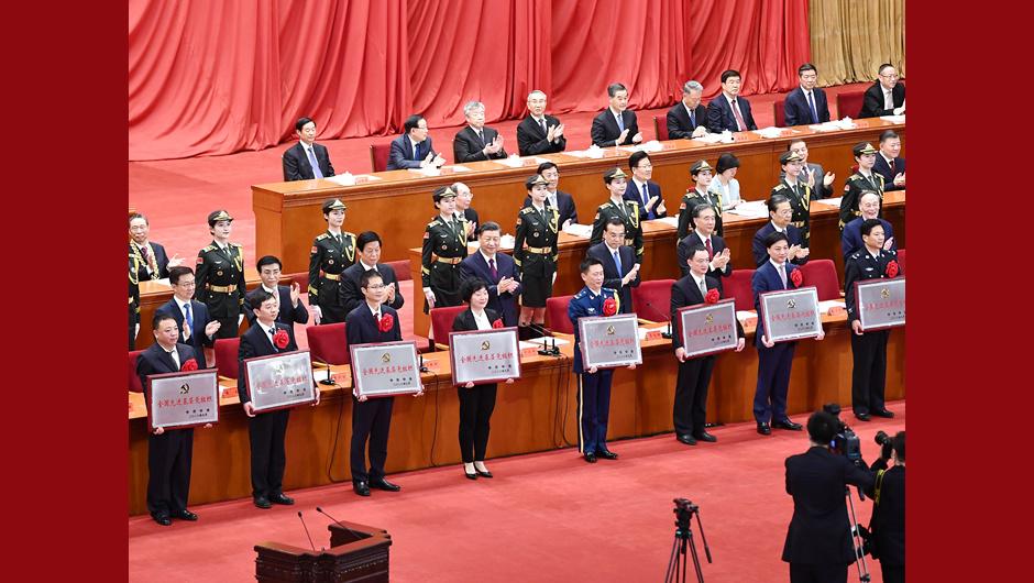 習近平等為受表彰的全國先進基層黨組織代表頒獎