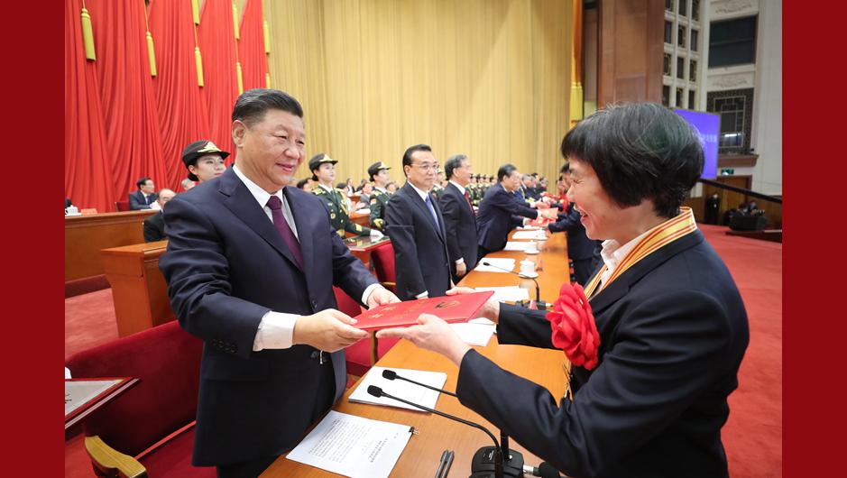 習近平等為受表彰的全國優秀共産黨員頒獎