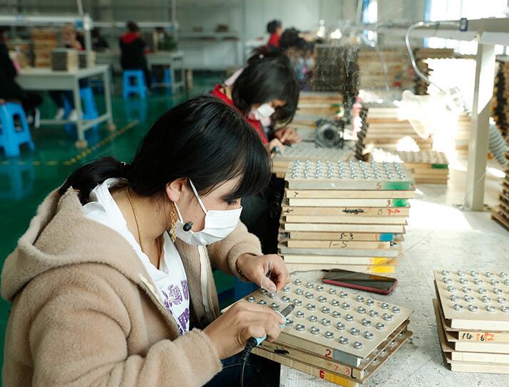 新疆阿圖什:産業來幫扶 掙錢顧家兩不誤