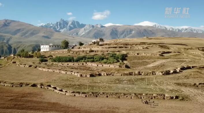 航拍川西高原上的十八军窑洞群遗址