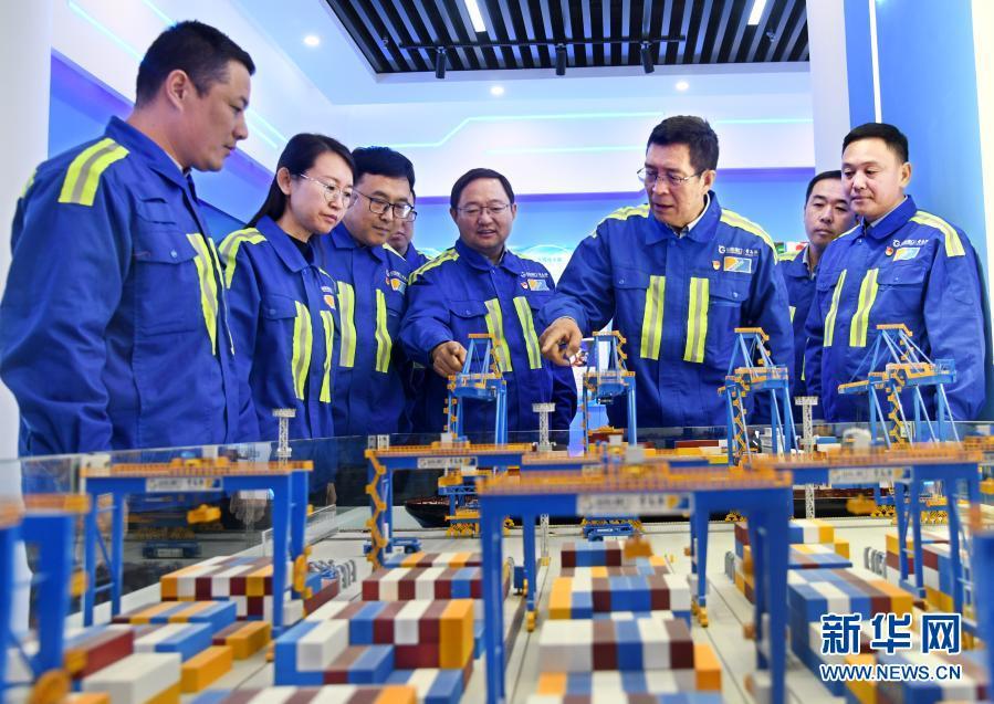 """中国智慧港口的""""拓荒人""""——记山东港口青岛港连钢创新团队"""