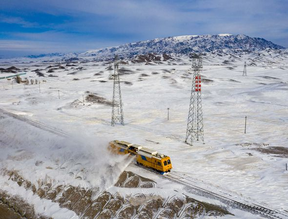 护路风雪中