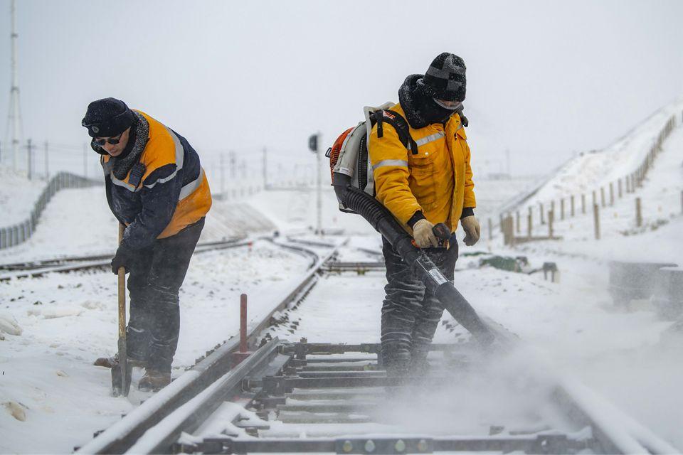 与风雪为伴,只为守护过往旅客平安