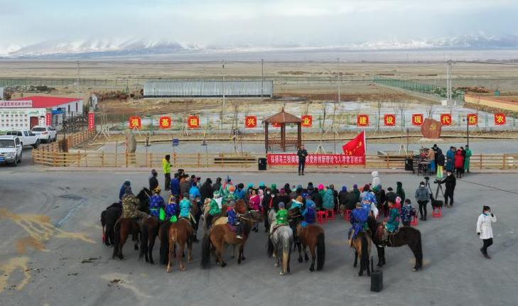 马背上面迎新春 乌兰牧骑走基层