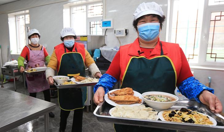 """山东荣成市""""暖心食堂""""春节志愿助老不打烊"""
