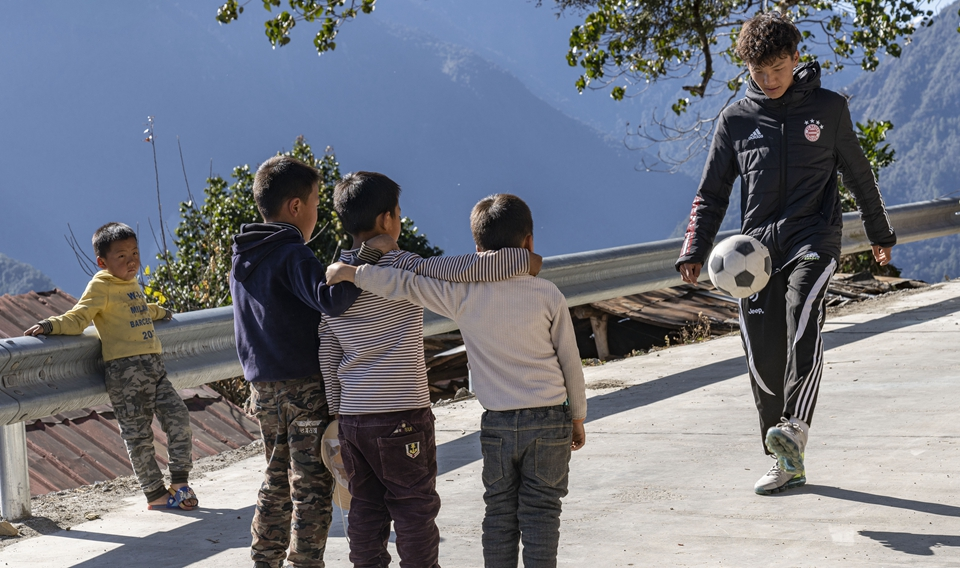 """山崖上的足球场 西藏墨脱的""""新年礼物"""""""