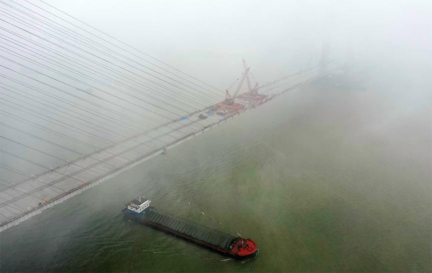 赤壁长江公路大桥成功合龙