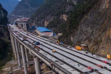 贵州毕节:镇赫高速毕节段施工正酣