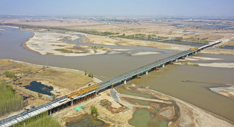 乌玛高速公路控制性工程镇罗黄河特大桥合龙