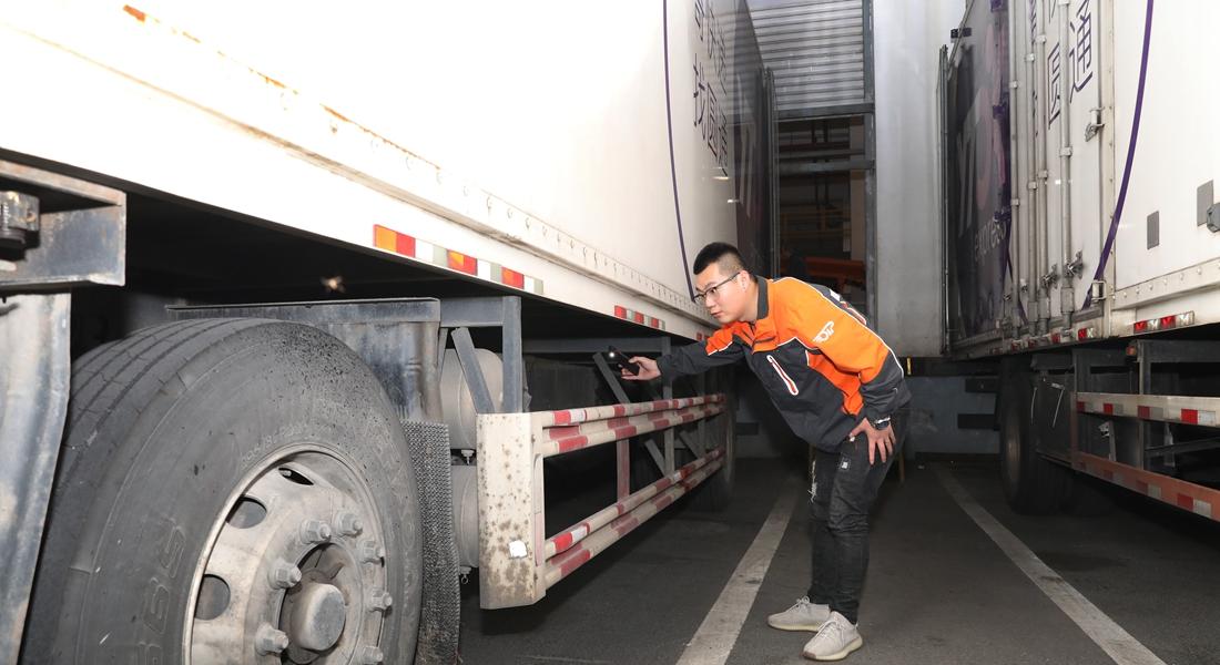 上海:越夜越忙碌 探访高速公路旁的快递转运中心