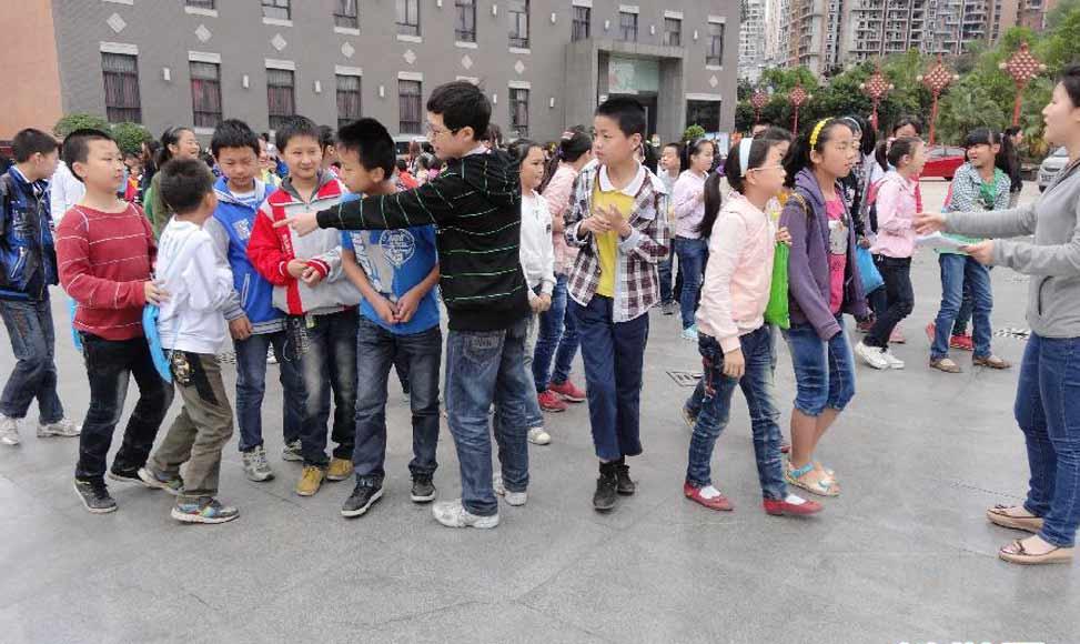 一所學校學生被安排到廣場躲避地震