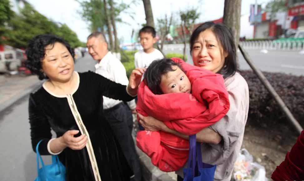 四川省什邡市 人們跑到馬路上躲避地震