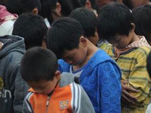 四川舉行悼念儀式哀悼蘆山地震遇難同胞