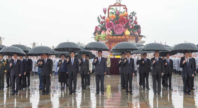 习近平等出席首都各界代表向人民英雄纪念碑敬献花篮仪式