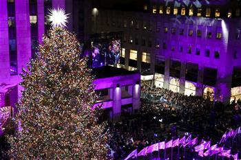 紐約洛克菲勒中心點亮聖誕樹