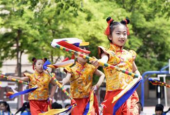 呼和浩特:校園炫彩花棍舞