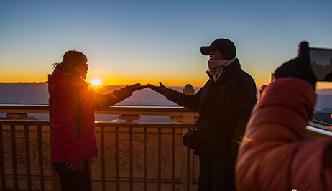遊客雲集雲南雞足山頂賞日出美景