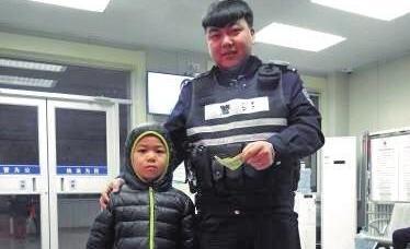 小男孩撿到2元錢 家長陪同下交給警察獲讚