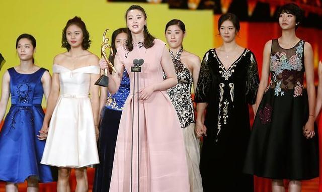 中國女排隊員盛裝亮相2016體壇風雲人物