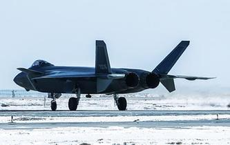 中國空軍殲-20戰機雪後飛行訓練