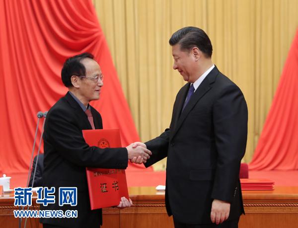 """他是南京理工大学教授王泽山,一辈子只专注做一件事:研究火炸药。几十年磨一剑,一朝出鞘,光耀九州。他曾以第一完成人身份夺得三项国家科技一等奖。而今,他又获得2017年度国家最高科学技术奖。这个""""帽子戏法"""",漂亮!"""