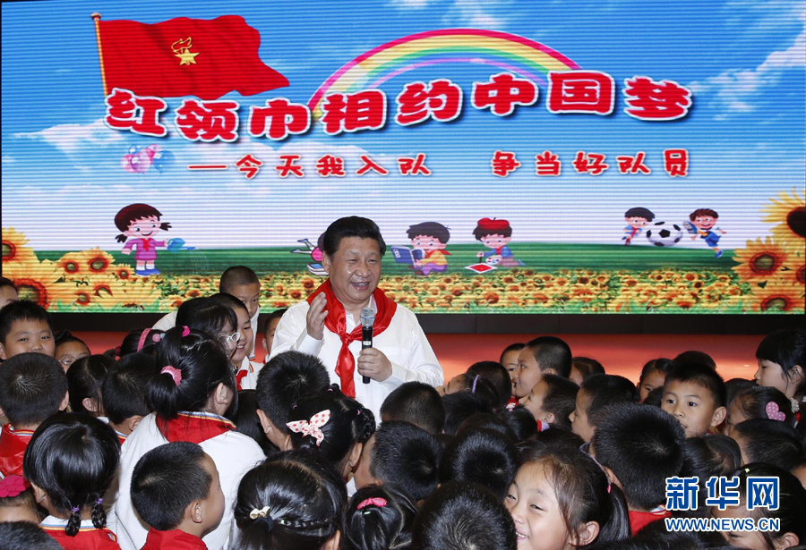 习近平与孩子们在一起庆祝儿童节。