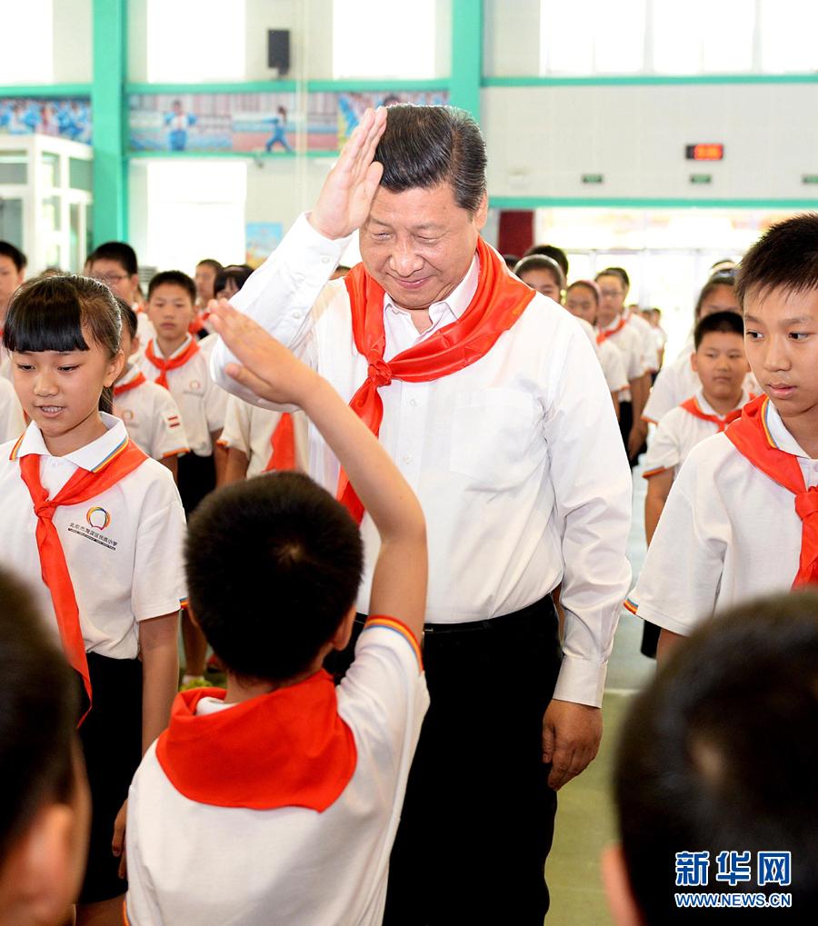 习近平参加少先队入队仪式。鲜艳的红领巾,庄严的队礼。