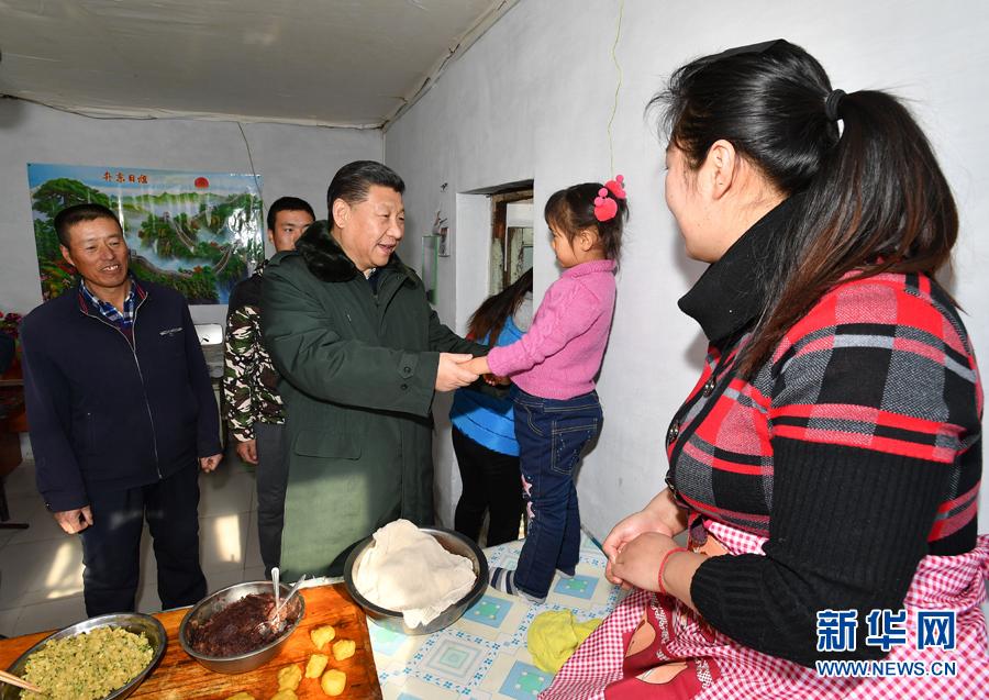 四九严寒天中,习近平来到河北张北县农村,来到困难群众徐学海家中看望。