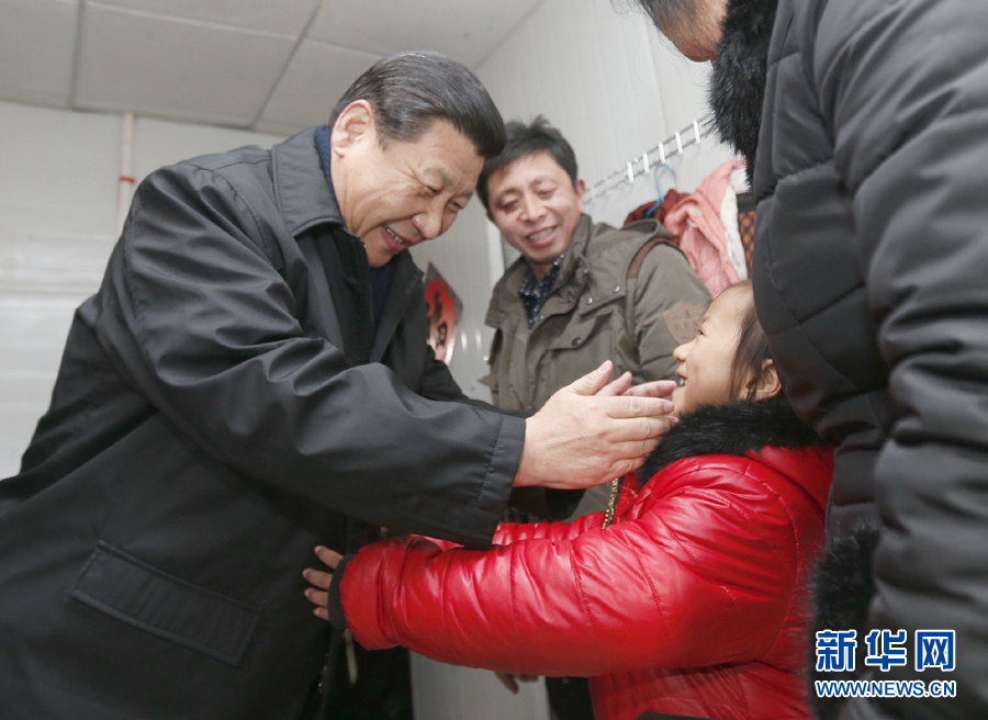 """在地铁建设工地,习近平听说来自河南信阳的钢筋工范勇的妻子李文霞带着孩子来了,特地走进他们一家住的房间看望。""""来这多久了?""""""""工作稳定吗?""""""""收入怎么样?""""""""家里生活条件怎么样?""""习近平叮嘱范勇一家人:""""来一趟不容易,看看北京的景点,好好团聚一下。"""""""