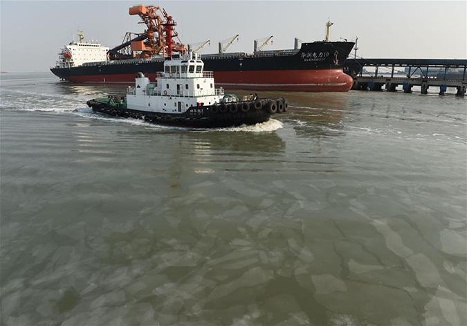 黄骅港破海冰保电煤运输