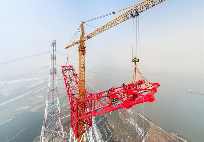世界最长最高电压等级输电工程长江大跨越杆塔封顶