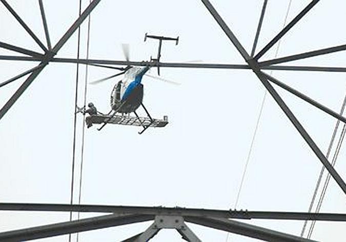 我国750千伏超高压输电线路直升机带电作业成功开展
