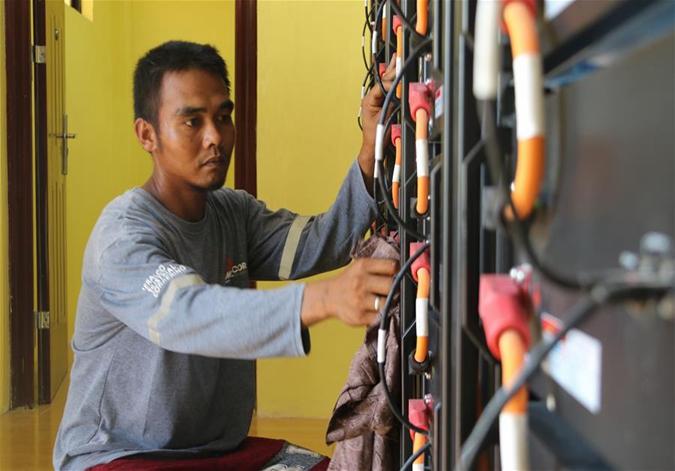 """中国国家电网""""光明乡村""""项目为菲律宾偏远山区带来光明"""