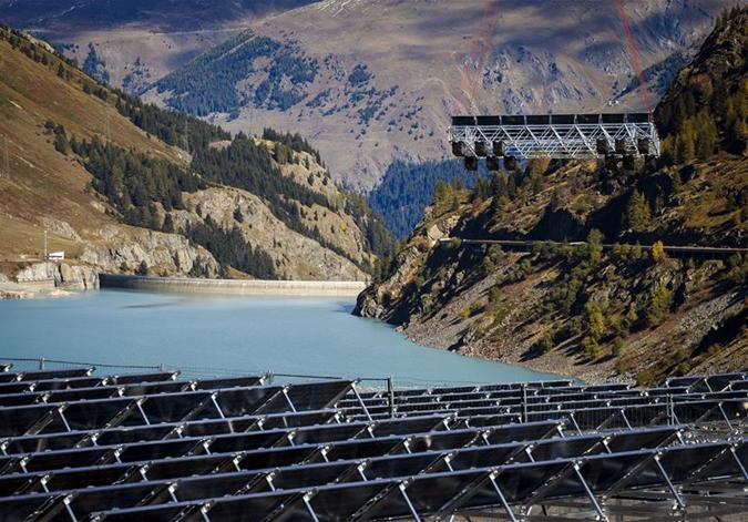 湖上太陽能電池板站